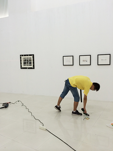 Finalisation de l'accrochage. A gauche, la photographie de Sarah Moon, à droite, le début de la série de Catherine Henriette © Thierry Girard 2014